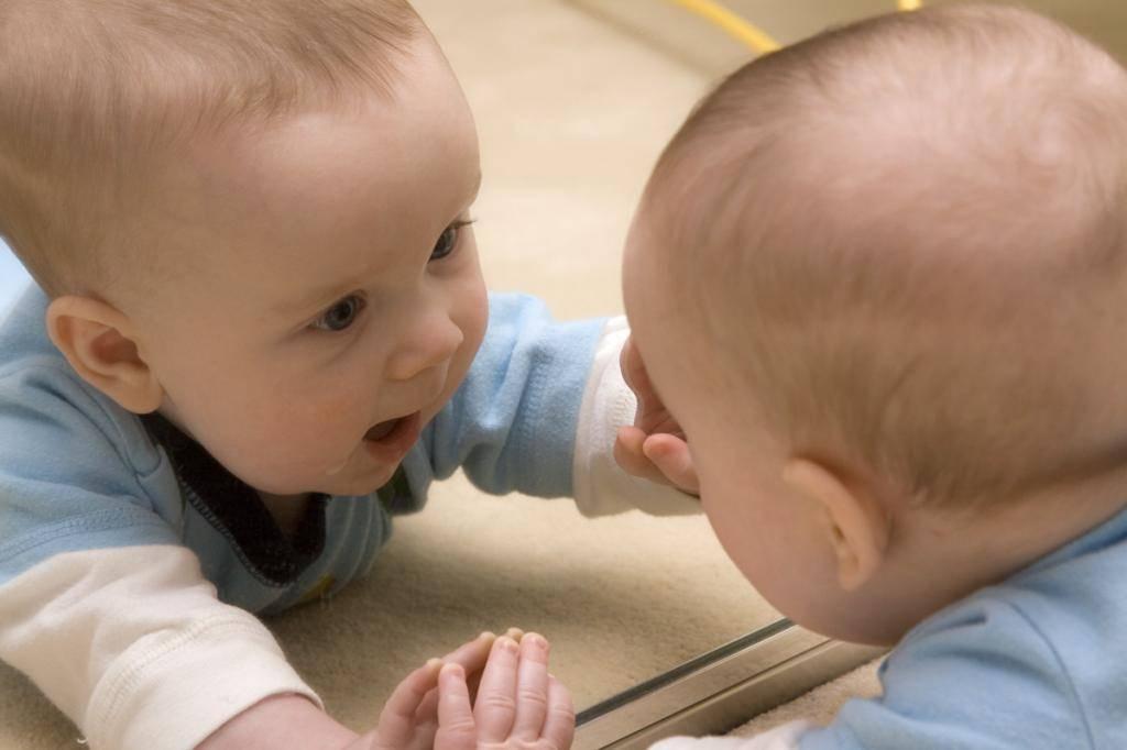 Почему нельзя показывать новорожденного ребенка (младенца) в зеркало: возможные последствия и источники суеверия