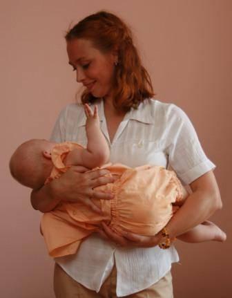 Как правильно держать и носить новорожденного ребенка?