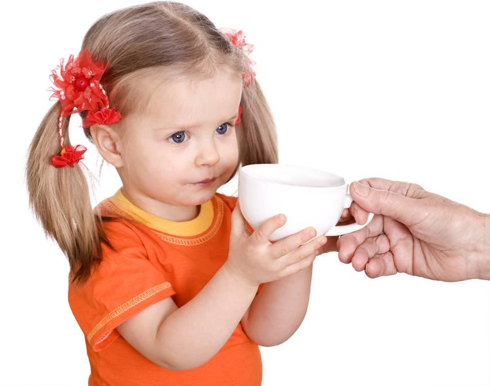 Пошаговая инструкция: когда и как научить ребенка пить из кружки самостоятельно?   семья и мама
