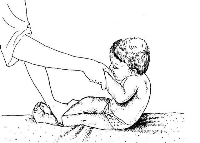 Когда ребенок начинает ползать на животе, по-пластунски и на четвереньках