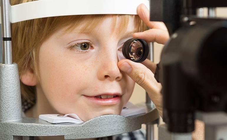 Со скольки лет можно носить линзы контактные: с какого возраста разрешено надевать на глаза подросткам для зрения или красоты, допустимо ли в 14 и почему нельзя?