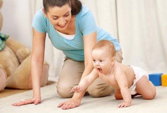 Как научить ребёнка ползать: советы родителям