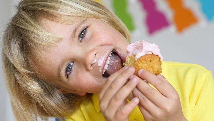Сколько сладкого в день можно ребенку в 3 года. маленький сладкоежка и полезные сладости