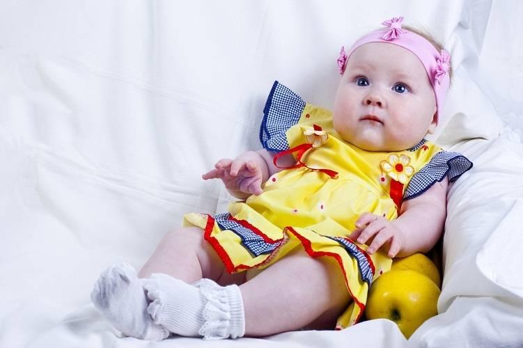 Со скольки месяцев можно сажать девочек на попу: как правильно, почему нельзя рано
