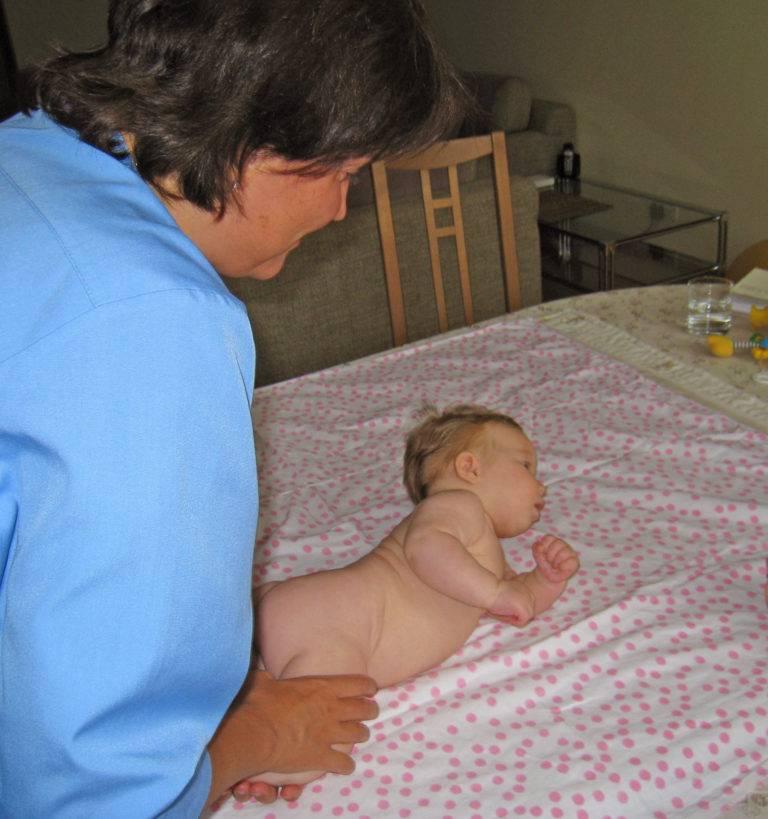 Причины запрокидывания головы у новорожденных