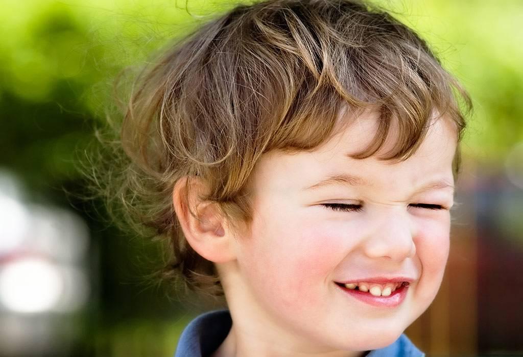 Почему ребенок часто моргает глазами и щурится