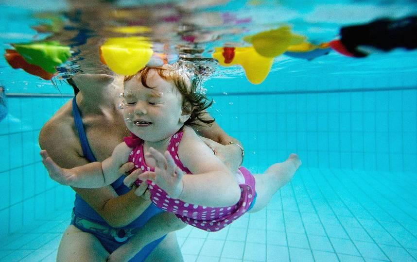 Как научиться плавать взрослому человеку самостоятельно в бассейне и на открытой воде - где, за сколько занятий и какими упражнениями?