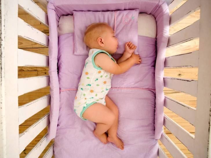 Когда ребенку можно спать на подушке: выбираем детские подушки для сна от года