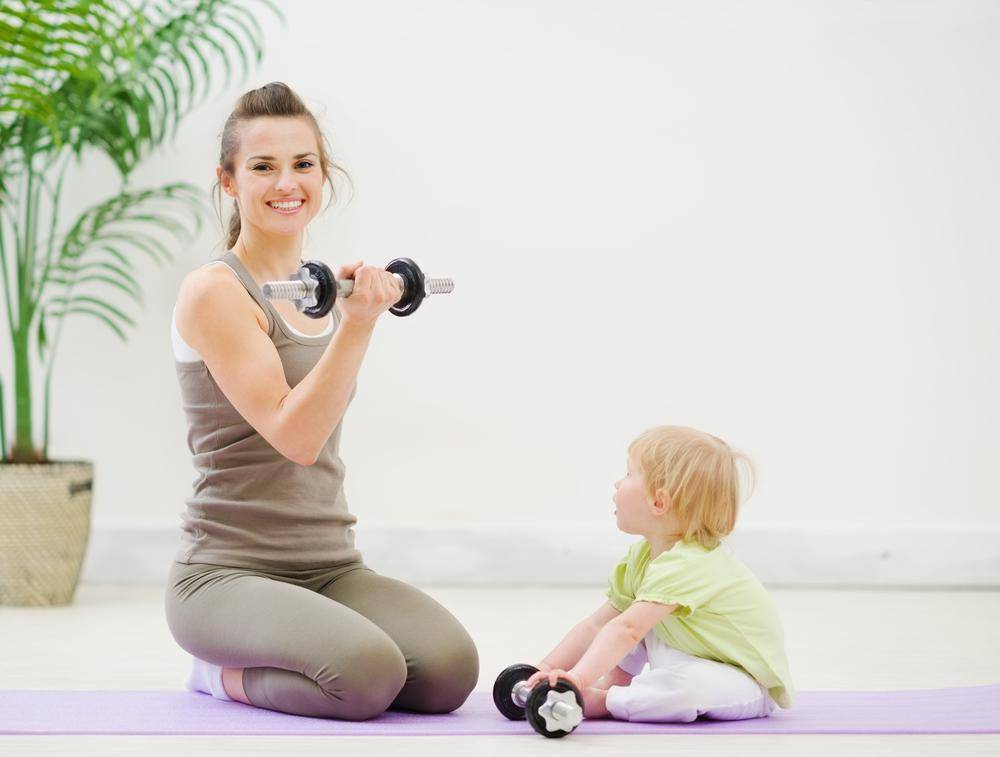 Современная фитнес мама: упражнения с ребёнком на руках