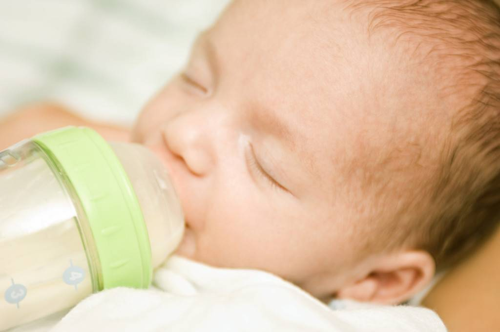 Новорожденного вырвало после кормления фонтаном молоком