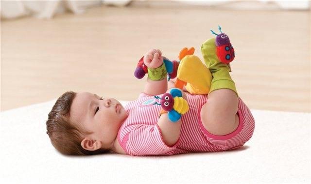 Какие игрушки и игры выбрать для ребенка до года. первые игрушки для малыша - развивающие игры