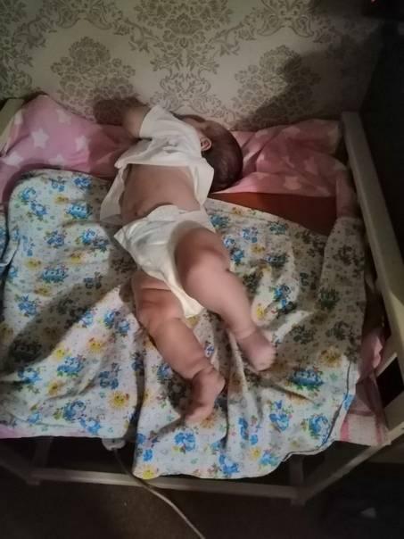Грудной ребенок выгибает спину и запрокидывает голову
