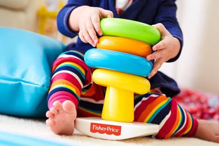 Первые забавы: подходящие игрушки для новорожденных девочек и мальчиков