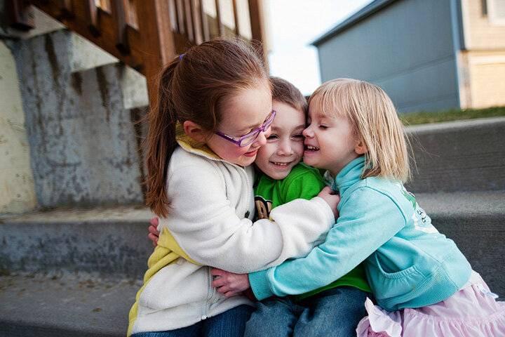 Как научить ребенка дружить со сверстниками, если у него проблемы в общении - детская психология