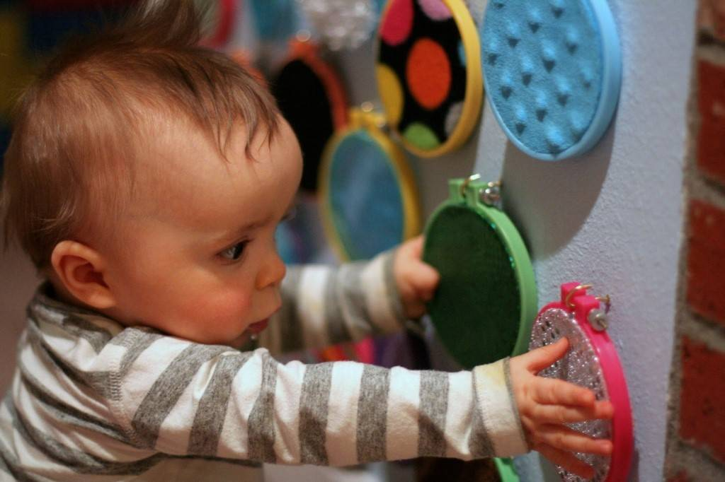 Развивающие игры для детей 10 месяцев дома и на улице: чем занять малыша