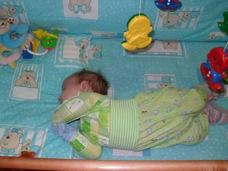 У младенца выгибаеться спина и запрокидываеться голова