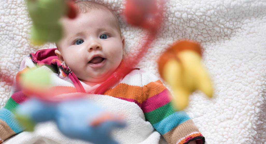 Когда новорожденный начинает слышать и видеть?