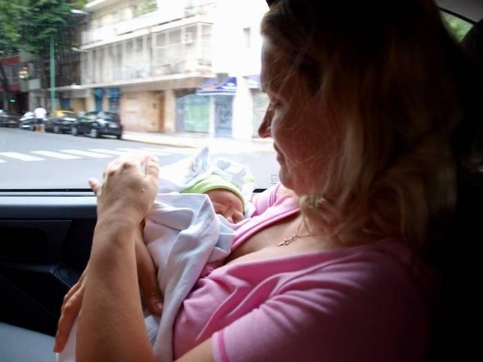 Как организовать грудное вскармливание вне дома: на прогулке, в кафе, в автомобиле. как кормить ребенка грудью в общественном месте