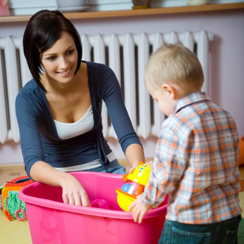 Ребенок и домашние обязанности: когда и с чего начинать прививать любовь к порядку