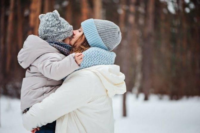 Что делать, если ребенок примерз языком к железу зимой: меры первой помощи - медработник
