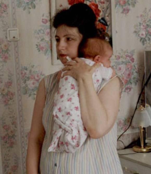 Как держать новорожденного столбиком