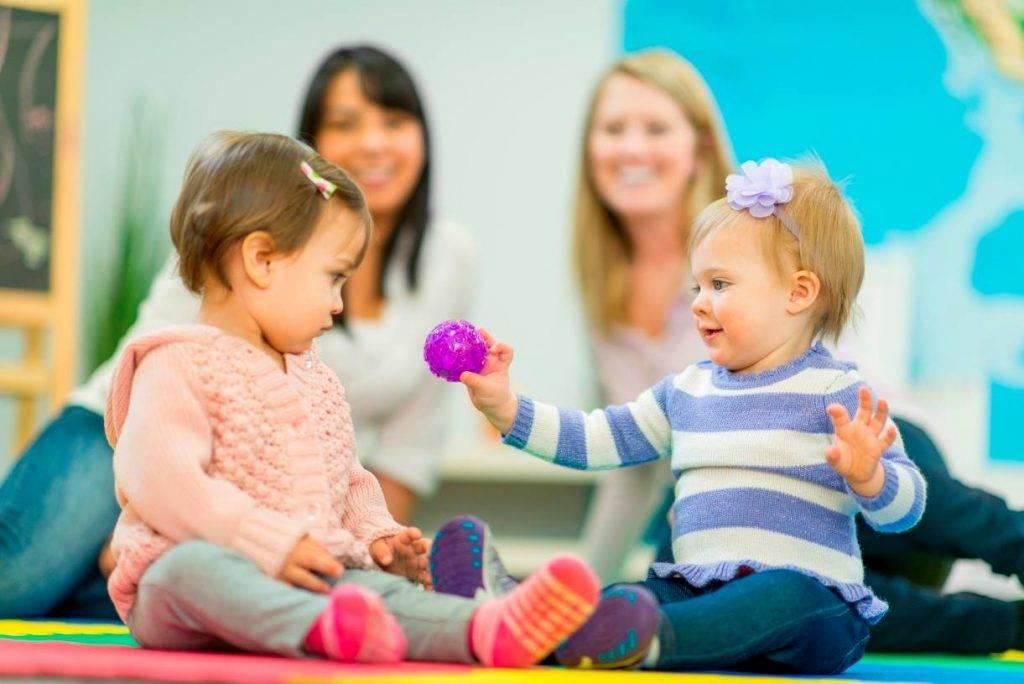 Что лучше: отдать ребенка в детский сад или нанять няню?