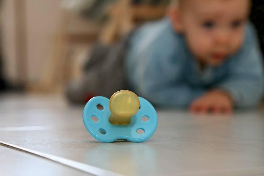 Когда нужно отучать ребенка от соски-пустышки: основной принцип