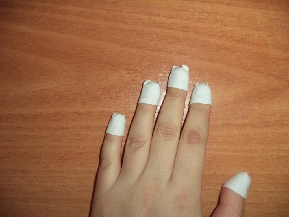 Почему ребенок грызет ногти и что делать?