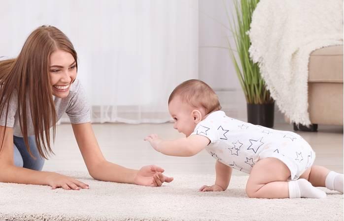 Как помочь ребёнку научиться переворачиваться со спинки на животик: советы специалистов