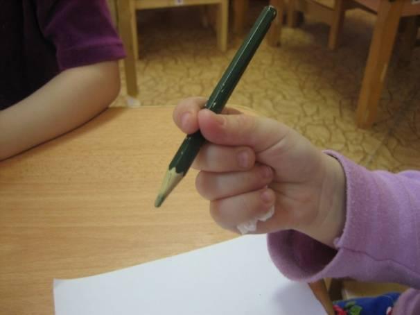 Как просто научить ребенка правильно держать в руке ручку или карандаш