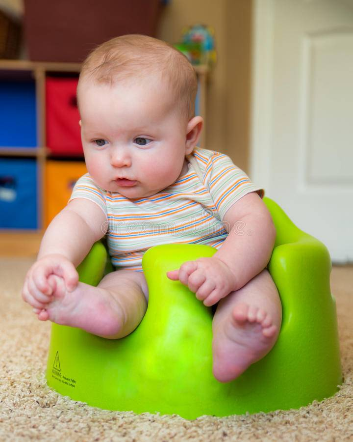 Как присаживать ребенка правильно в 6 месяцев и стоит ли это делать вообще