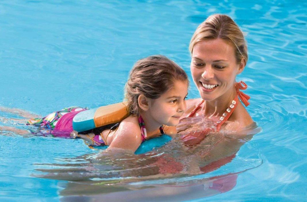 Как научить ребенка плавать в море и как учат детей в бассейне