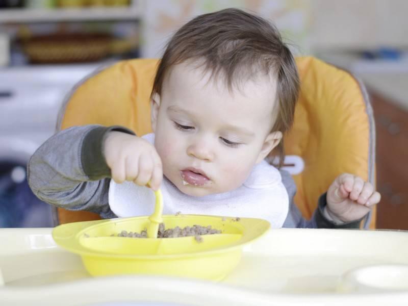 Что делать, если ребенок не хочет есть прикорм и отказывается от каши, как приучить