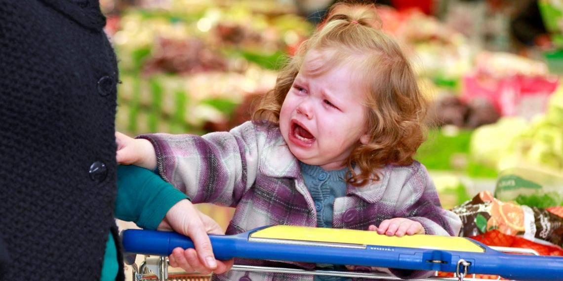 Истерика ребенка в магазине. что делать?