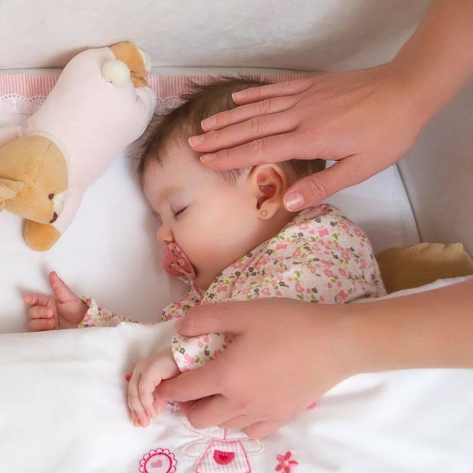 Развитие ребенка по месяцам. что должен уметь малыш до года