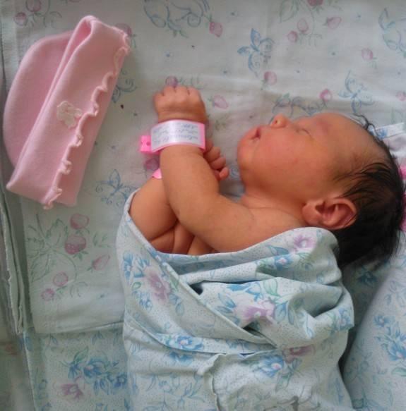 Причины и обстоятельства, по которым ребенок запрокидывает голову назад