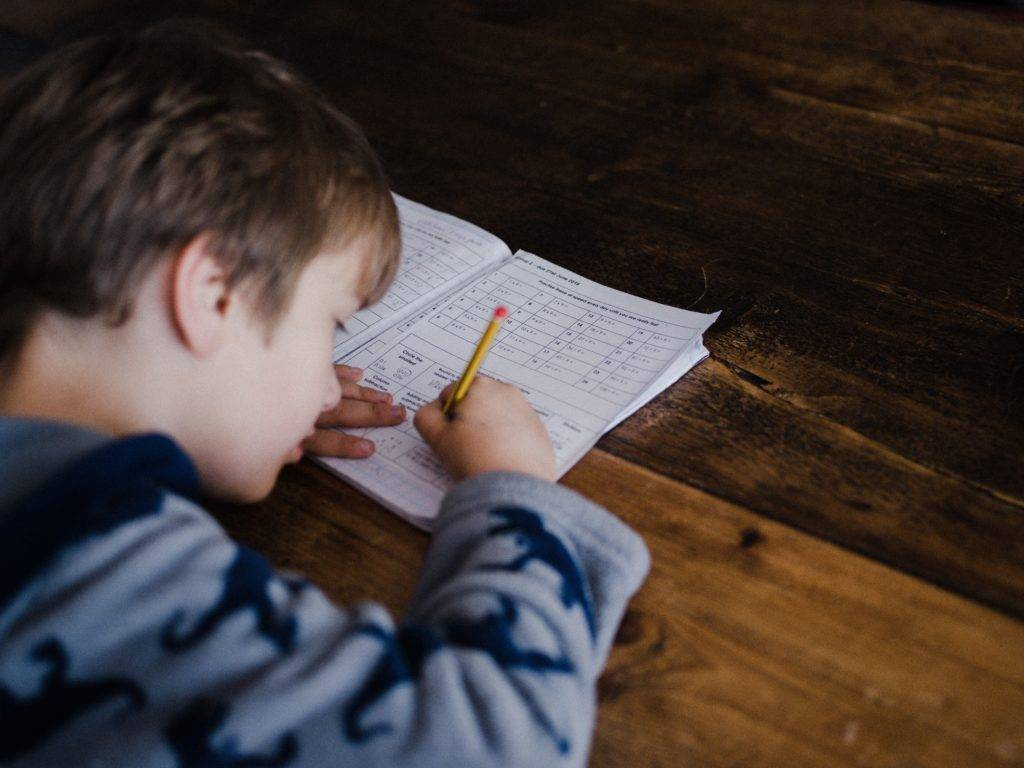 Как заставить ребенка делать уроки?