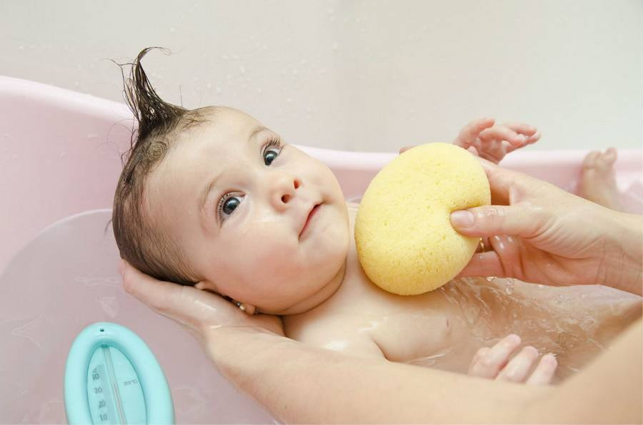 Как купать новорожденного ребенка первый раз дома – когда и при какой температуре
