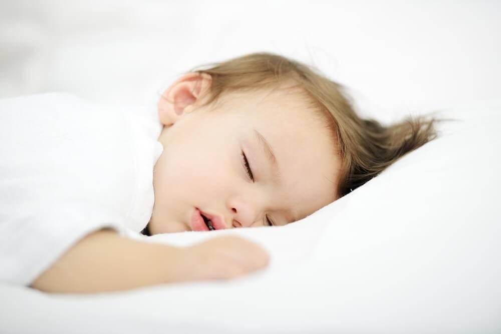 Почему ребенок плачет во сне и кричит, не просыпаясь