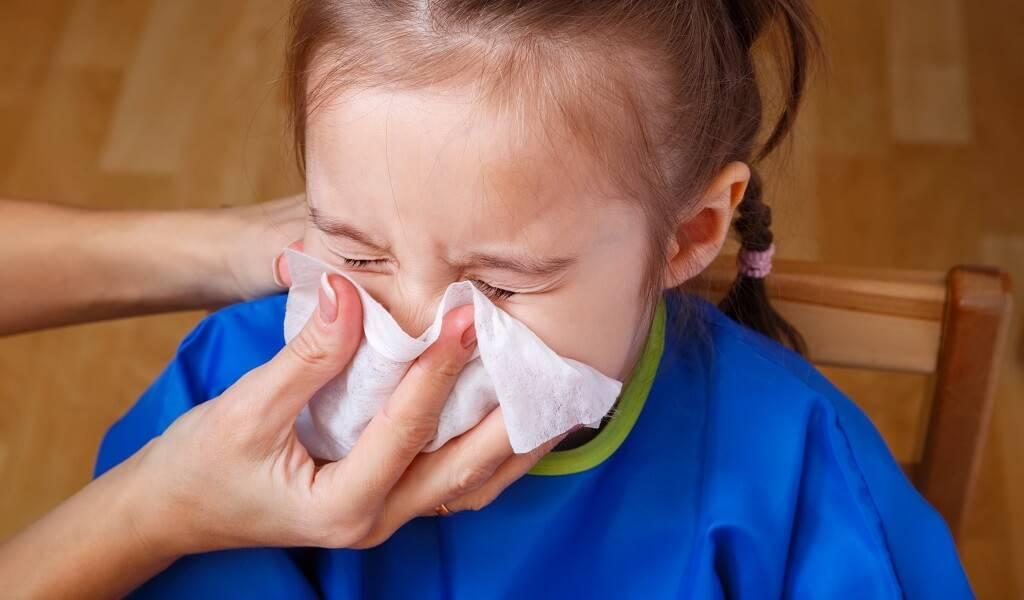 Как помочь ребенку при насморке