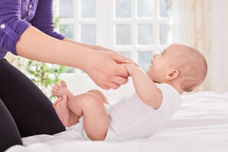 Как научить ребенка переворачиваться: простые упражнения