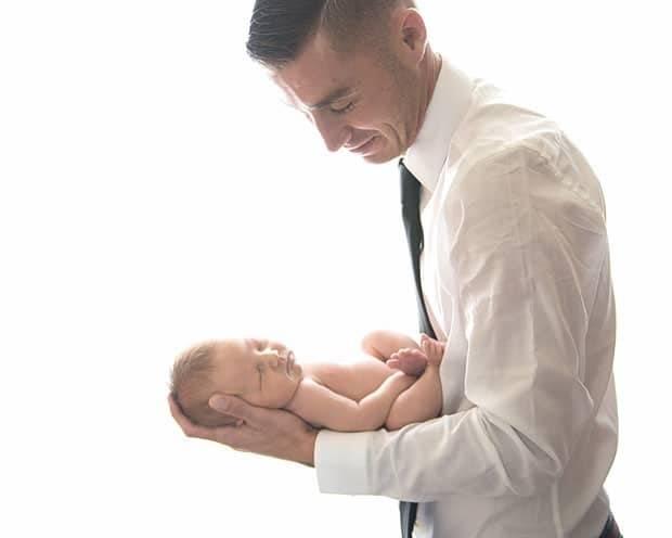 Как брать новорожденного на руки?