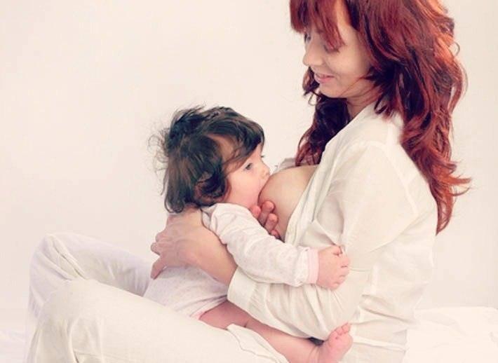 Позы для кормления новорожденных грудных детей: лежа, сидя, из-под руки, в слинге, при лактостазе