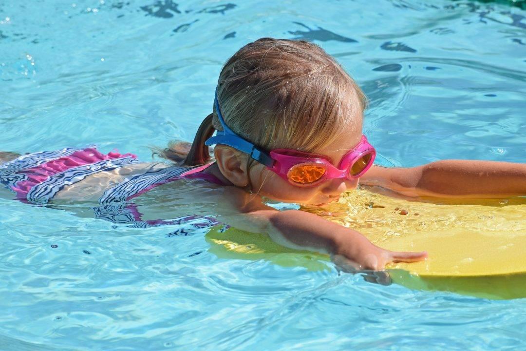 Учим ребёнка плавать: 4 типичных ошибки родителей