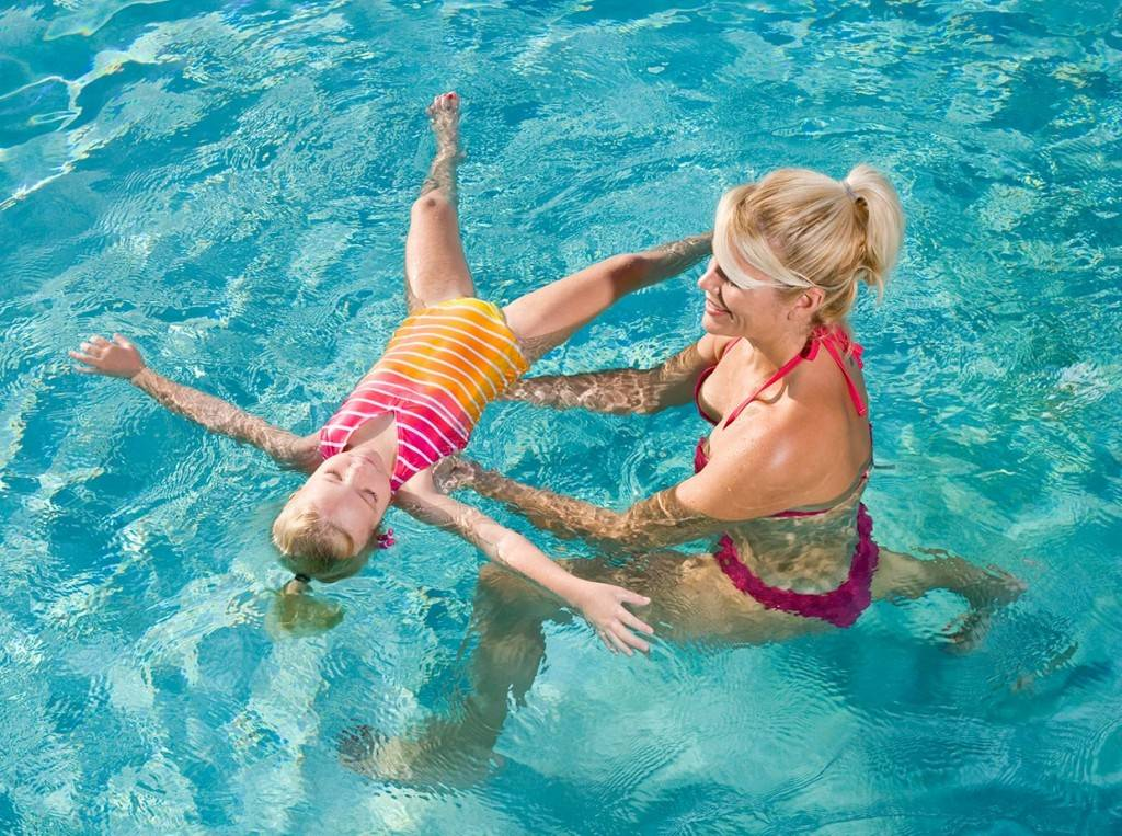 Как быстро и правильно научить ребенка плавать