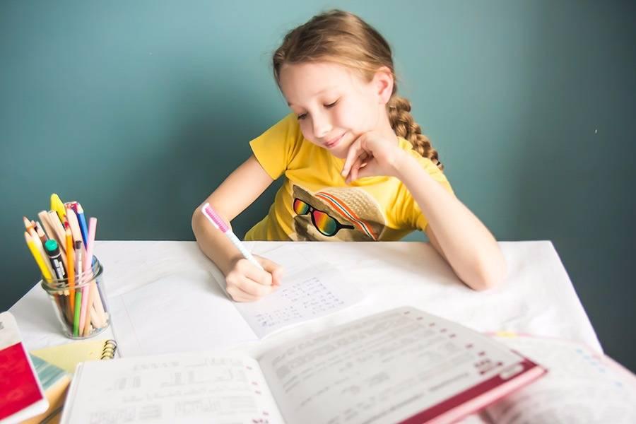 Как заставить ребенка делать уроки