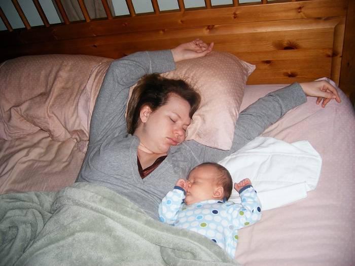 Сон ребенка: стоит ли малышу спать с мамой? - страна мам