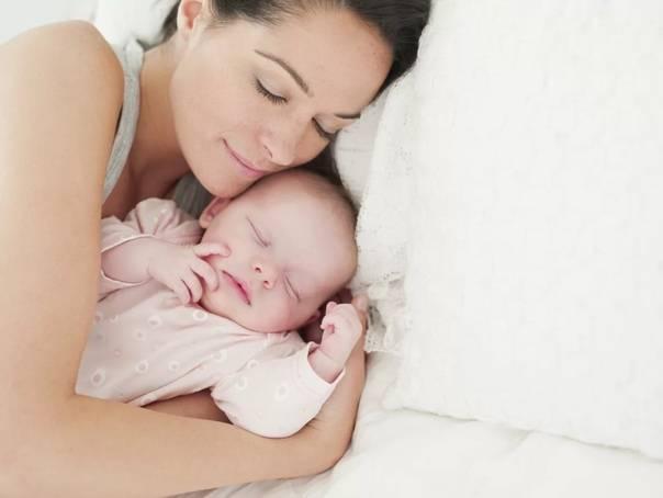 Сон ребенка: стоит ли малышу спать с мамой?