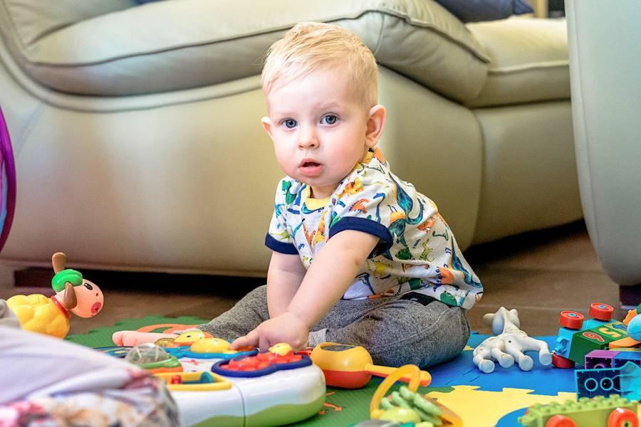Развитие ребенка 10 месяцев: что должен уметь мальчик и девочка. рост и вес ребенка в 10 месяцев , питание - табличка.