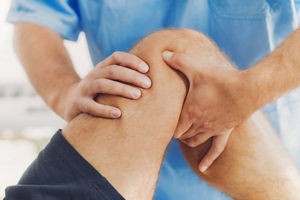 По каким причинам у ребенка болят колени